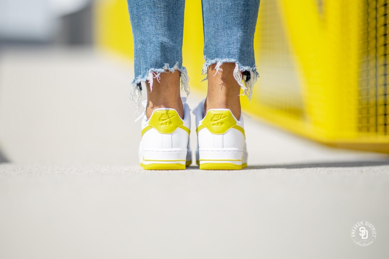 Nike AIR FORCE 1'07 Baskets basses whitebright citron en